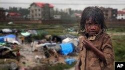 5일 인도 스리나가르 지역의 수재민 천막촌의 소녀