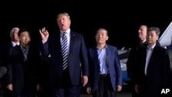 Presiden Donald Trump memberikan sambutan saat berdiri bersama Tony Kim (kedua dari kiri), Kim Dong Chul (kanan tengah) dan Kim Hak Song (kanan), tiga warga Amerika yang ditahan di Korea Utara selama lebih dari setahun, setibanya di Pangkalan Angkatan Udara Andrews di Maryland, 10 Mei 2018.