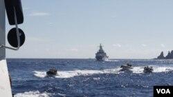 台日船只7月4日在钓鱼岛海域对峙 (台湾行政院海岸巡防署提供)