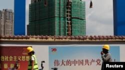中国工人从云南省昆明市一处建筑工地旁走过。(2019年9月17日)