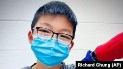 Кейлеб Чанг з Північної Кароліни під час експериментальної вакцинації від коронавірусу компанією Pfizer