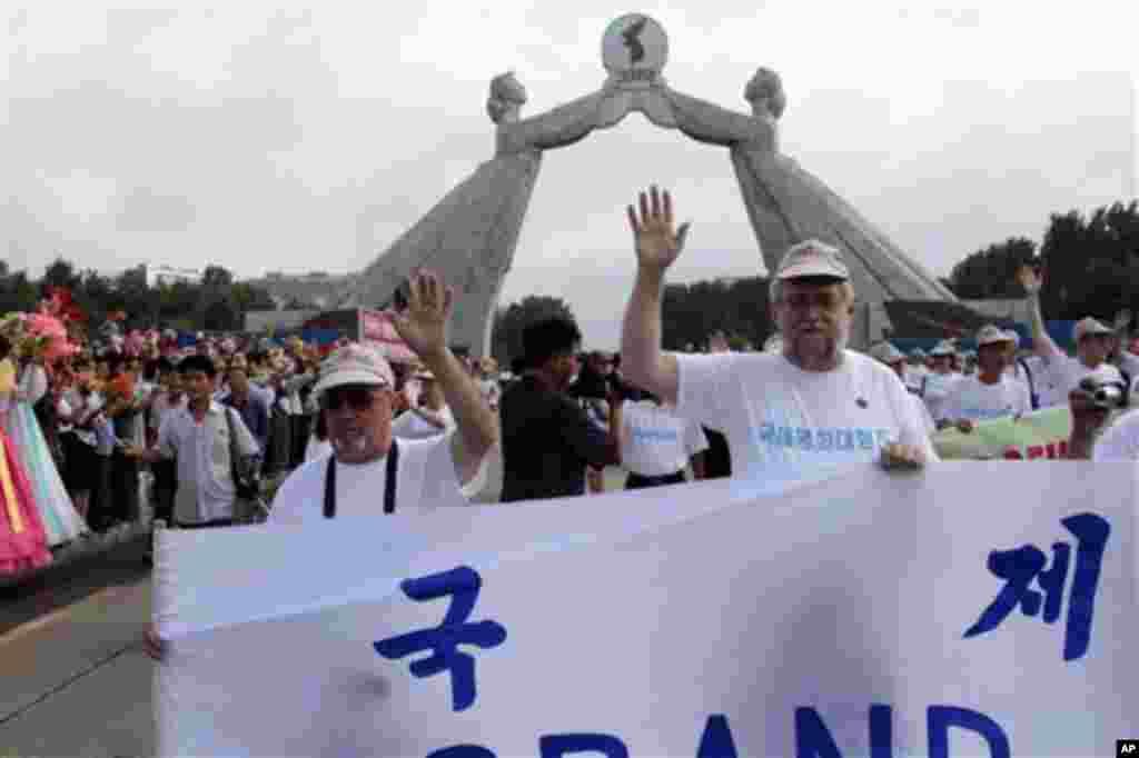 정전 60주념 기념행사의 일환으로 24일 평양 조국통일3대헌장기념탑 앞에서 국제평화대행진이 열렸다.