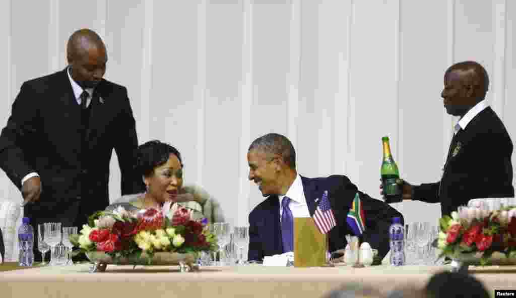 ABŞ prezidenti Barak Obama Pretoriyada prezident qonaq evində rəsmi ziyafət zamanı Cənubi Afrikanın birinci xanımı Thobeka Madiba-Zuma ilə söhbət edir.