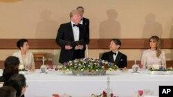 El presidente de EE.UU. Donald Trump (centro) y el emperador Naruhito con sus esposas en el banquete ofrecido a los Trump en el Palacio Imperial de Tokio, el lunes 27 de mayo de 2019. Foto de la Agencia de la Casa Imperial de Japón.