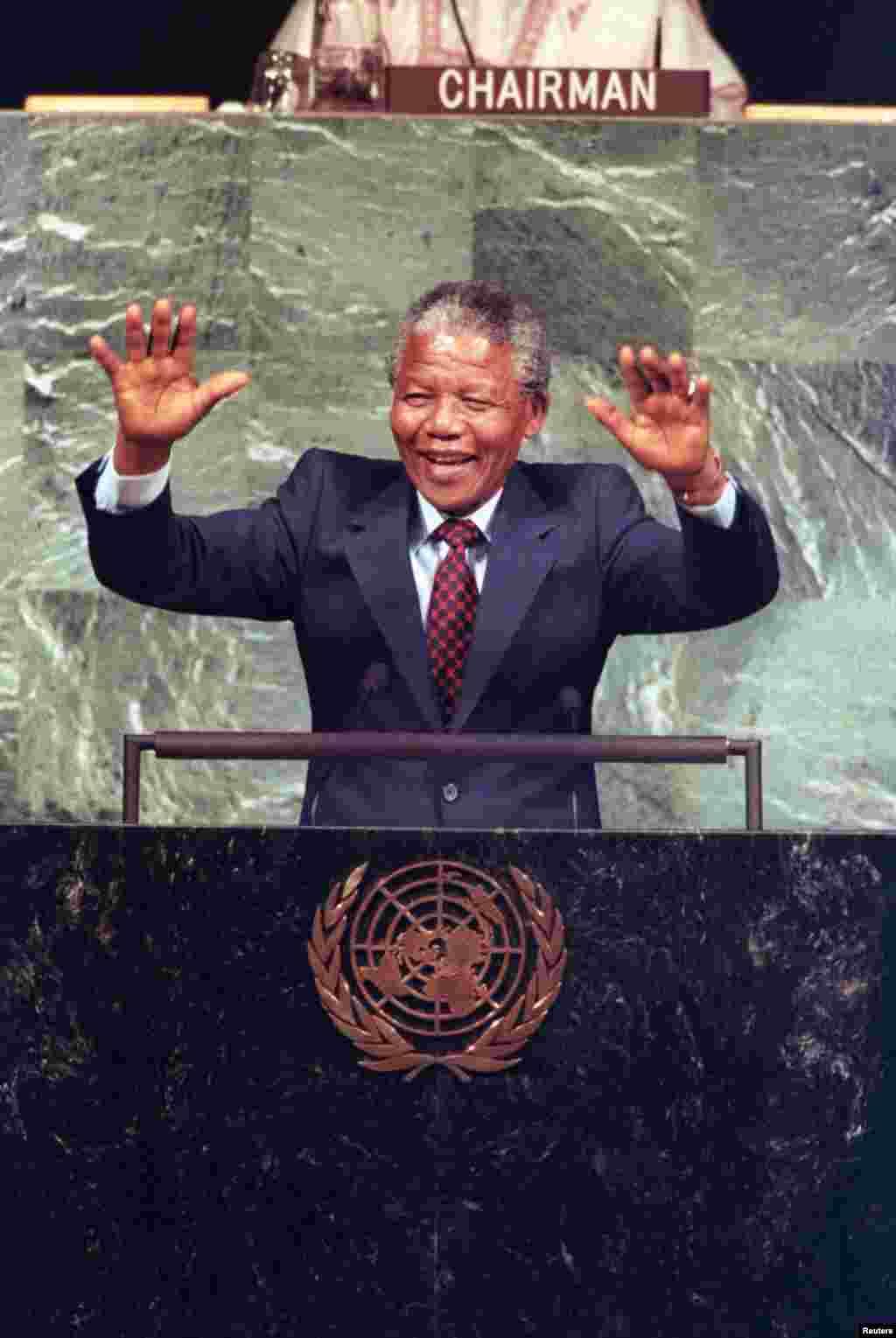 Nelson Mandela oo la hadlayay guddiga QM ee ka soo horjeeda midabtakoorka.June 22, 1990.