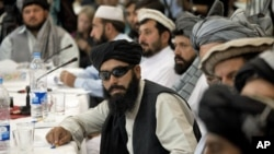Beberapa anggota Taliban dalam sebuah pertemuan (foto: dok). Delegasi Taliban telah bertemu dengan pejabat dan ulama Iran, meskipun mereka memiliki ideologi yang berbeda.