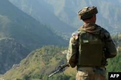 لائن آف کنٹرول پر دونوں جانب فوجی دستے تعینات ہیں۔