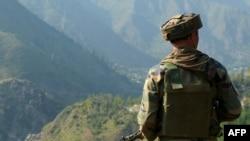بھارت کے زیرِ انتظام کشمیر میں لائن آف کنٹرول کے نزدیک ایک بھارتی فوجی تعینات ہے۔ بھارتی فوج نے پیر کو پاکستان کی جانب سے اپنی ایک سرحدی چوکی پر حملے کو ناکام بنانے کا دعویٰ کیا تھا۔ (فائل فوٹو)