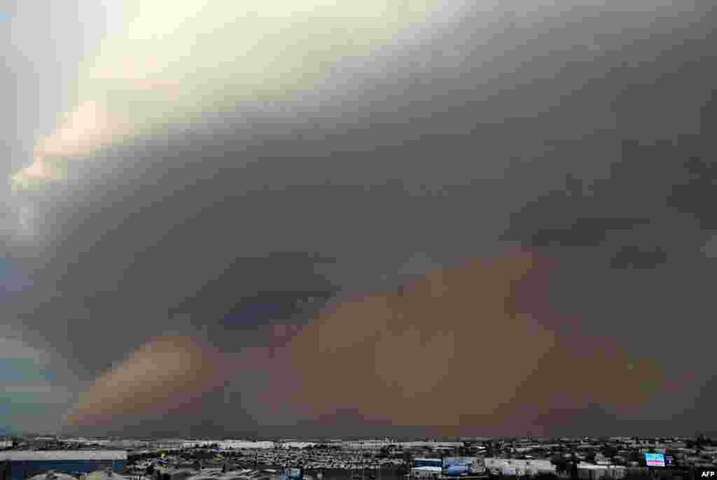 26일 미식축구 경기가 열리고 있는 아리조나주 포닉스에 먼지 태풍이 일었다.