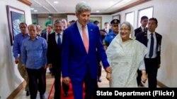"""El secretario Kerry tuvo una conversación """"franca"""" con la primera ministra bangladeshí, Sheikh Hasina Wazed en Dhaka."""