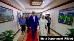 រដ្ឋមន្រ្តីក្រសួងការបរទេសលោក John Kerry ដើរជាមួយអ្នកស្រីនាយករដ្ឋមន្រ្តី Sheikh Hasina Wazed នៃប្រទេសបង់ក្លាដេសនៅការិយាល័យនាយករដ្ឋមន្រ្តី ទីក្រុង Dhaka ប្រទេសបង់ក្លាដេសបន្ទាប់ពីកិច្ចប្រជុំទ្វេភាគីកាលពី ថ្ងៃទី ២៩ សីហា ឆ្នាំ ២០១៦។