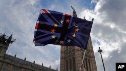 Zastave Velike Britanije i Evropske unije ispred zgrade britanskog Parlamenta u Londonu (Foto: AP/Frank Augstein)