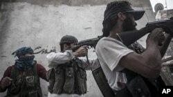 지난 24일 시리아 알레포에서 정부군과 교전 중인 반군.