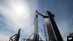 El cohete Falcon 9 despegó al amanecer del sábado del mismo lugar donde han despegado transbordadores espaciales y cohetes Apollo rumbo a la luna, esta vez con un muñeco de prueba como pasajero.