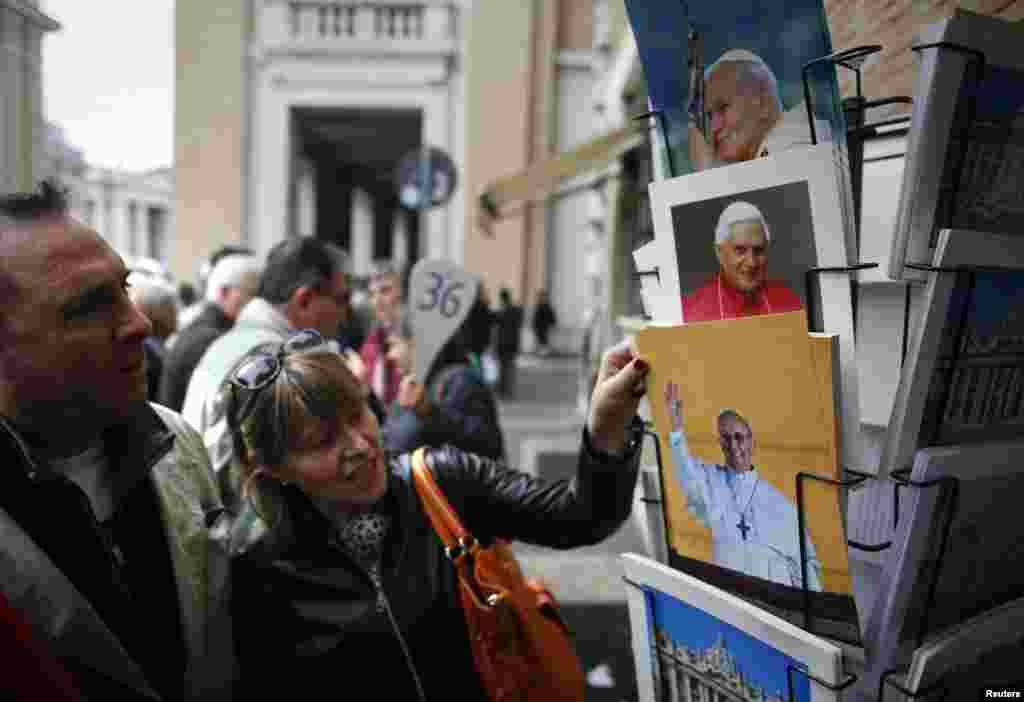 Du khách xem ảnh mới in của Tân Giáo Hoàng Francis, Hồng Y Argentina Jorge Mario Bergoglio, tại một cửa hàng lưu niệm gần Vatican, Rome.