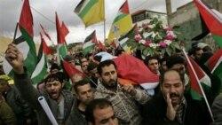 در این تصویر مردم فلسطینین را در حال حمل جسد جواهر ابو رحمه مشاهده می کنید