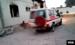 Hình ảnh chụp từ video cho thấy xe cứu thương chạy ngang qua bệnh viện bị ném bom của MSF ở Kunduz, Afghanistan.