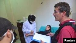 2013年8月23联合国化学武器检查小组人员到叙利亚首都大马士革郊区的医院调查遭受毒气袭击的平民情况。