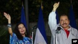 니카라과 마나구아에서 재선에 성공한 다니엘 오르테가 현 대통령(오른쪽)이 부통령 후보로 출마해 당선된 로자리오 무릴로 부인과 함께 지난 6일 투표소에서 지지자들에게 손을 흔들고 있다.