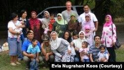 Evia Nugrahani Koos dan keluarga. (Foto:Evia Nugrahani Koos)