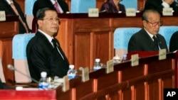 캄보디아 훈센 총리(왼쪽)가 24일 의회에 출석했다.