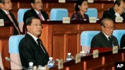 PM Hun Sen (kiri depan) menghadiri sidang parlemen di Phnom Penh, Kamboja (24/9).