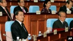 2013年9月24日柬埔寨领导人洪森首相(左下角戴眼镜的)在首都金边出席议会。