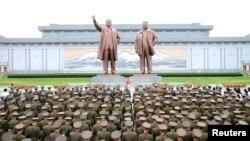 지난 2017년 8월 북한 군인들과 각 계층 근로자, 청소년 등이 북한 평양 만수대 언덕에 있는 김일성·김정일 부자 동상을 참배했다고 조선중앙통신이 보도했다