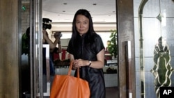 Lu Qing, wife of Chinese artist and dissident Ai Weiwei heads to the Beijing Local Taxation Bureau, July 14, 2011.