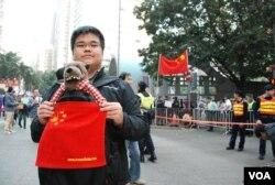 參與民陣元旦大遊行的香港中學生陳同學帶著遊行道具
