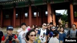 지난해 10월 서울 경복궁을 찾은 중국인 관광객들.