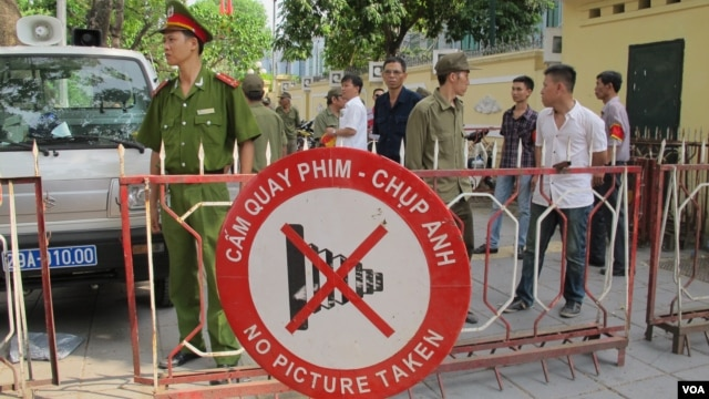 Sign on road opposite the Chinese Embassy in Hanoi, Vietnam, May 18, 2014 (Marianne Brown/VOA).