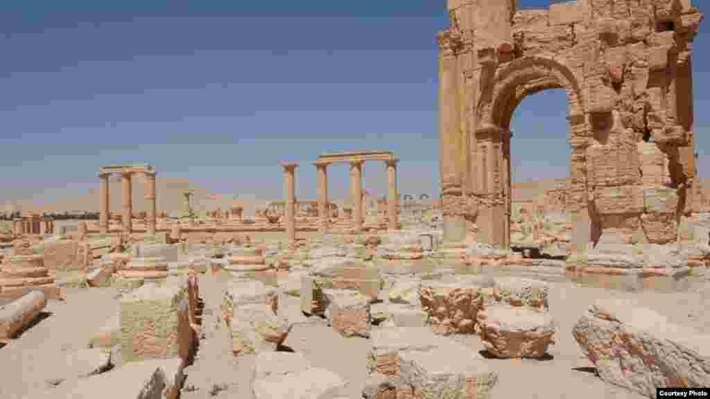 Kubah dan pilar-pilar yang tersisa di Palmyra, kota perdagangan pra-Kristiani dan oasis di timur laut Damaskus, dalam foto yang diambil sebelum konflik di Suriah dimulai.