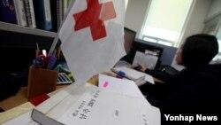 박근혜 한국 대통령이 취임 후 첫 기자회견에서 이산가족 상봉을 언급한 6일 서울 중구 대한적십자사 사무실 풍경.