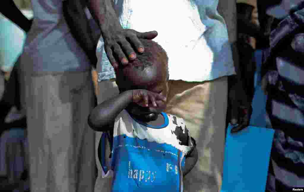 Seorang bocah laki-laki pengungsi Sudan menunggu di luar sebuah klinik di kamp pengungsi Doro, Sudan Selatan (9/3).
