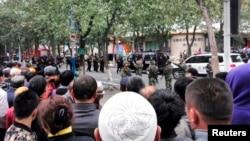Cảnh sát phong tỏa con đường gần hiện trường vụ nổ bom ở Tân Cương, ngày 22/5/2014.