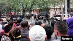 22일 중국 신장 자치구 우루무치의 폭탄 테러 현장 주변에서 공안이 행인들의 접근을 막고 있다.