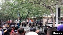 烏魯木齊市民圍觀警察在沙依巴克區公園進行調查