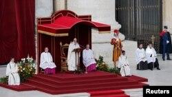Paus Fransiskus dalam upacara pentahbisannya sebagai Paus di Vatikan (19/3).