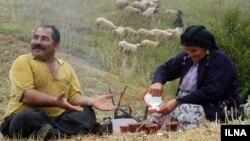 زوج روستایی در رودبار گیلان، پس از انجام کار سخت کشاورزی، با نوشیدن چای تازه خستگی در می کنند
