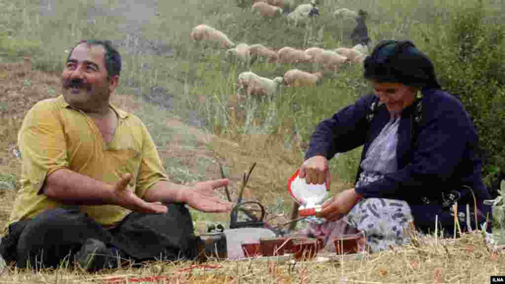 بفرمایید چای... مرد و زن روستایی بعد از کار کشاورزی، رودبار گیلان. عکس: ابوذر حمیدی، ایلنا