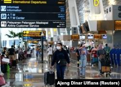 Para penumpang di Bandara Soekarno-Hatta di tengah pandemi COVID-19, Tangerang, 4 Mei 2021. (Foto: Ajeng Dinar Ulfiana/Reuters)