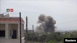 Explosion d'une bombe larguée depuis un hélicoptère à Karsaa, dans la province d'Idlib, en Syrie, le 7 mai 2019.