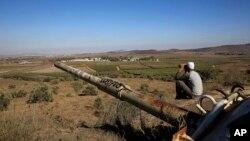 지난 16일 시리아와 근접한 이스라엘령 골란고원에서 한 이슬람 드루즈파 남성이 쌍안경으로 시리아 쪽을 보고 있다. (자료사진)