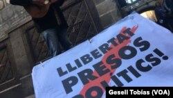 Manifestantes en Barcelona, España, exigen libertad de quienes consideran presos políticos, en anticipación a las elecciones regionales en Cataluña previstas para el jueves, 21 de diciembre de 2017.