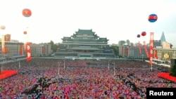 大眾聚集在平壤金日成廣場慶祝統治國家的朝鮮勞動黨建黨75週年。(2020年10月10日)