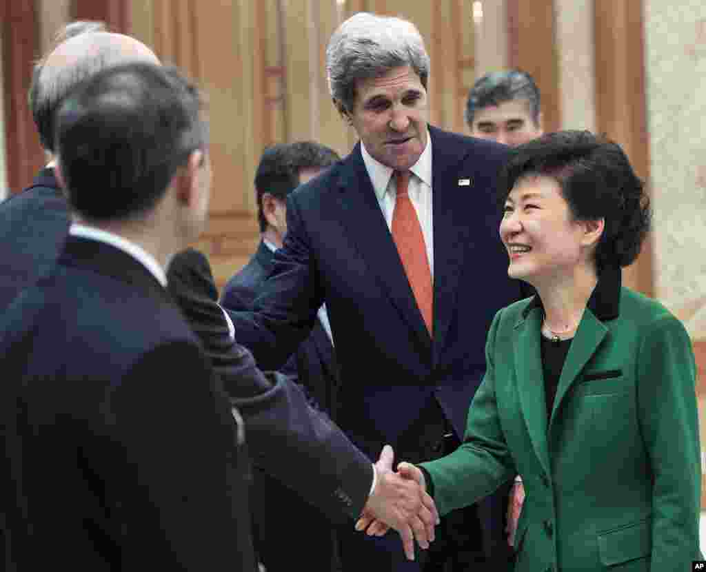 U.S. Secretary of State John Kerry introduces South Korean President Park Geun-hye to his senior staff members as they meet at the presidential Blue House in Seoul, April 12, 2013.