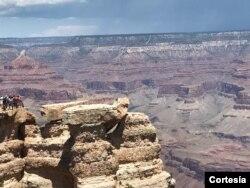 ແກຣນແຄນຍອນ (Grand Canyon) ແມ່ນບ່ອນທ່ອງທ່ຽວ ທີມີຊື່ສຽງຂອງລັດອາຣິໂຊນາ.