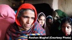 کنٹرول لائن پر گولہ باری سے ہلاک ہونے والے ایک مزدور محمد سدھیر کی والدہ اپنے مسائل بیان کر رہی ہیں۔