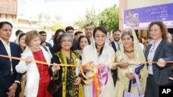 دیہی خواتین کی حوصلہ افزائی کے لیے اسلام آباد میں منعقدہ ایک نمائش کا افتتاح وزیر اعظم گیلانی کی صاحبزادی فضہ گیلانی کررہی ہیں۔